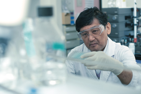 Professor Masafumi Mukamoto working in the research lab