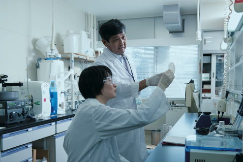 Professor Masafumi Mukamoto and a coworker working in the research lab