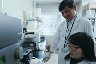 Professor Masafumi Mukamoto and a coworker in research lab