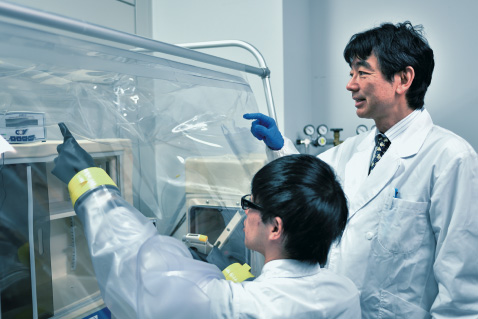 Professor Masahiro Sakaguchi and a coworker in research lab
