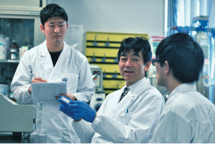 Professor Masahiro Sakaguchi and two coworker having discussion.